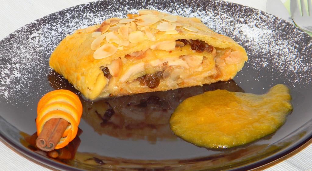 Mandulás-almás tekercs, fűszeres narancsmártással