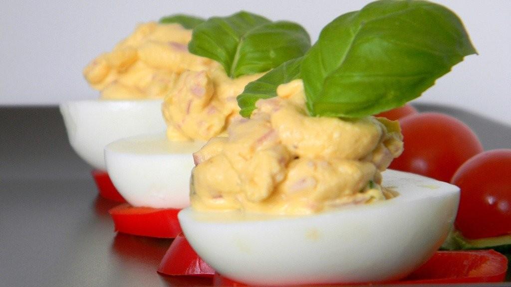 Sonkás-tormás krémmel töltött tojás bazsalikommal