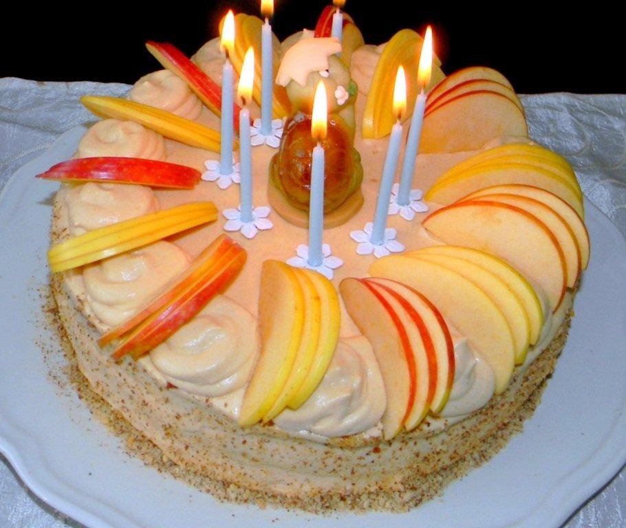 Mandulatorta almával, mákkal, tejszínes karamell krémmel
