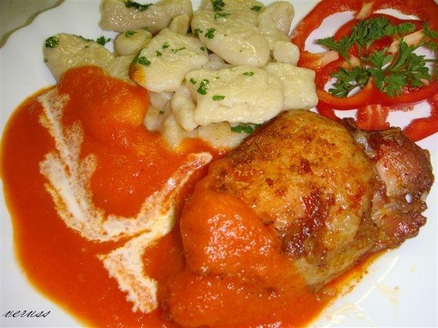 Sült csirkecomb, paprika mártással, gnocchi-val