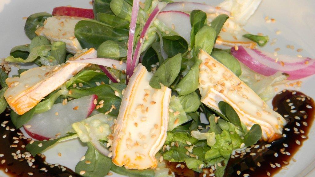 Friss saláta Camemberttel, pirított szezámmaggal, fügés balzsamecettel