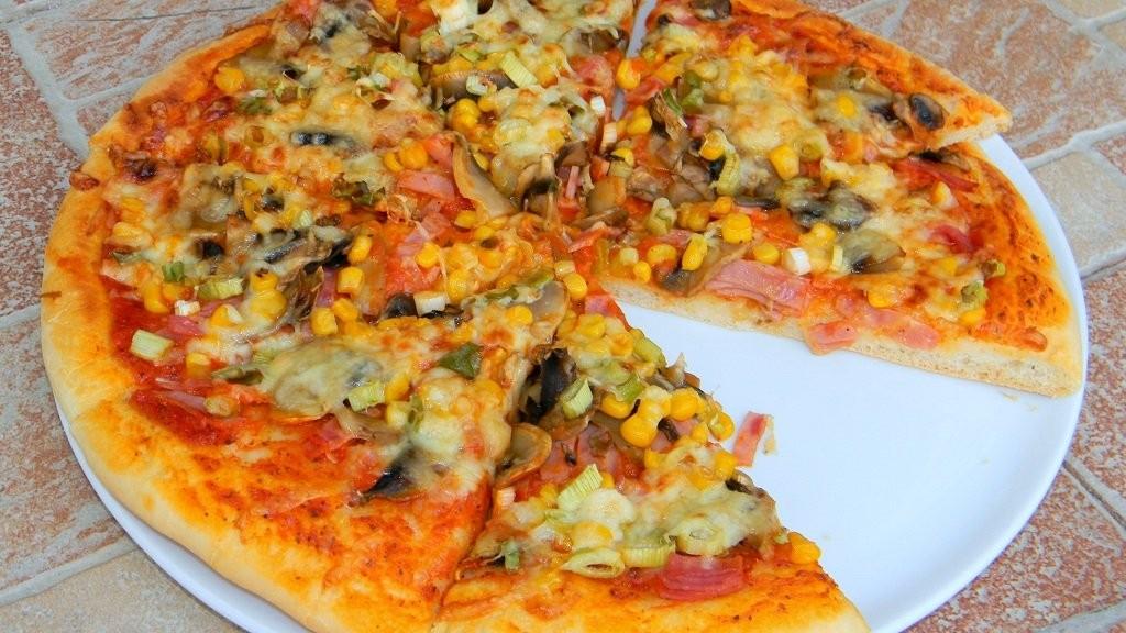 Házi sonkás-gombás-kukoricás pizza