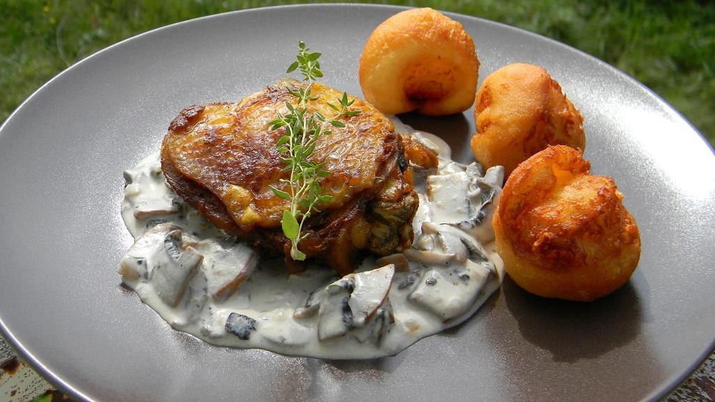 Fűszeres csirkecomb, kakukkfüves-tejszínes gombamártással, sajtos burgonyafánkkal